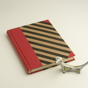 Piros és fekete A5 napló, emlékkönyv, jegyzetelő sima lapokkal. Diagonál csíkos borító, piros vászon gerinc, sarkok, Naptár, képeslap, album, Otthon & lakás, Jegyzetfüzet, napló, Férfiaknak, Naptár, jegyzet, tok, Könyvkötés, Papírművészet, Diagonál csíkos A5 napló, emlékkönyv, jegyzetelő sima, üres lapokkal. Papír és vászon kombinálásával..., Meska