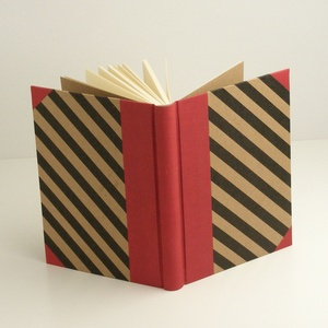 Piros és fekete A5 napló, emlékkönyv, jegyzetelő sima lapokkal. Diagonál csíkos borító, piros vászon gerinc, sarkok - Meska.hu
