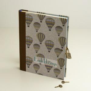 Emlékkönyv lakattal, két kulccsal. Titkos napló kisfiúknak, hőlégballonos borító, Papír írószer, Otthon & Lakás, Jegyzetfüzet & Napló, Könyvkötés, Papírművészet, Emlékkönyv lakattal, két kulccsal, kulcsos könyv, titkos napló kisfiúknak.\nKemény borító, nyomtatott..., Meska