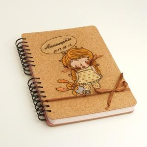 Babanapló, -fotóalbum egyben, kislányos emlékkönyv, spirálozott napló, parafa borító, gravírozott, kézzel színezett (enciboltja) - Meska.hu