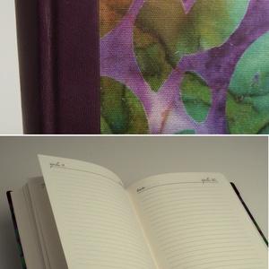 Napi beosztású, félbőr határidőnapló, öröknaptár napi beosztással, gerinc, sarkok lila bőrből, batikolt hatású papírral (enciboltja) - Meska.hu