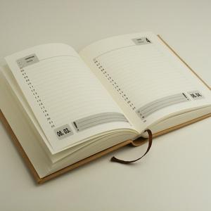 Monogramos valódi bőr határidőnapló, 2021-es naptár napi beosztással, domborított monogrammal, személyre szabható - Meska.hu