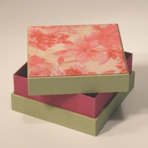 Virágmintás díszdoboz, ajándékos doboz; papír és vászon kombinációja, a fedelén nyomtatott virágmintás papír , Díszdoboz, Dekoráció, Otthon & Lakás, Papírművészet, Könyvkötés, Virágmintás díszdoboz, ajándékos doboz; papír és vászon kombinációja, a fedelén nyomtatott virágmint..., Meska