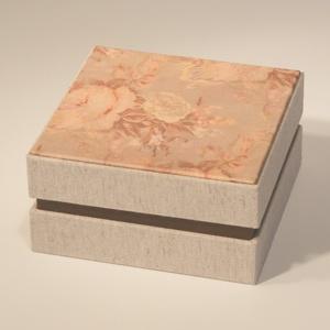 Rózsás díszdoboz, ajándékos doboz visszafogott, natúr színekben; papír és vászon, a fedelén nyomtatott papír, Dekoráció, Otthon & lakás, Lakberendezés, Tárolóeszköz, Doboz, Papírművészet, Könyvkötés, Rózsamintás díszdoboz, ajándékos doboz visszafogott, natúr színekben; papír és vászon, a fedelén nyo..., Meska