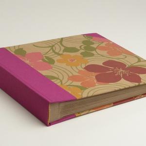 Fotóalbum, négyzetes, közepes méretű. fényképalbum. Pink vászon gerinc, virágos borító, újrahasznosított papírlapok (enciboltja) - Meska.hu