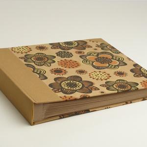 Fotóalbum, négyzetes, közepes méretű. Mogyoró színű vászon gerinc, virágos borító, újrahasznosított papírlapok - Meska.hu