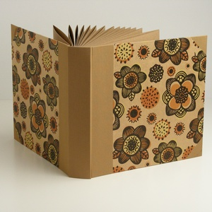 Fotóalbum, négyzetes, közepes méretű. Mogyoró színű vászon gerinc, virágos borító, újrahasznosított papírlapok, Papír írószer, Otthon & Lakás, Album & Fotóalbum, Könyvkötés, Papírművészet, Fotóalbum, négyzetes, közepes méretű. Mogyoró színű vászon gerinc, virágos borító, a belső lapok újr..., Meska
