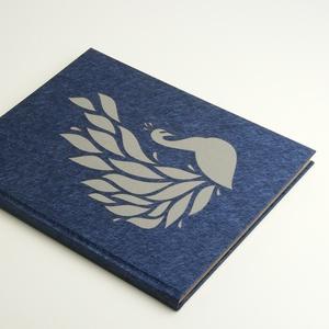 Kék, pávás napló, jegyzetfüzet pávával, kézzel fűzött üres könyv, emlékkönyv, vendégkönyv lézerrel kivágott páva motívum, Naptár, képeslap, album, Otthon & lakás, Jegyzetfüzet, napló, Könyvkötés, Papírművészet, Kék, pávás napló, jegyzetfüzet pávával, kézzel fűzött üres könyv, emlékkönyv, vendégkönyv. B5 méretű..., Meska