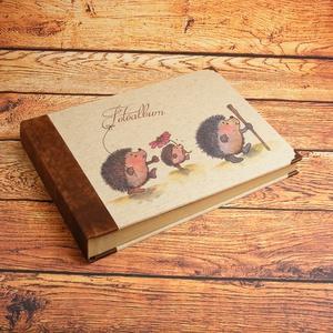 Nagyméretű album, fotóalbum barna bőr gerinccel, rusztikus, nyomtatott natúr vászonnal, egyedi felirattal, névvel is, Papír írószer, Otthon & Lakás, Album & Fotóalbum, Könyvkötés, Papírművészet, Nagyméretű album, fotóalbum rusztikus borítóval, barna bőr gerinccel, süncsaláddal nyomtatott natúr ..., Meska