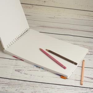 Spirálos rajzfüzet narancssárga gumival, színes borítókkal, idézettel. Fekvő formájú, A4 méretű - Meska.hu