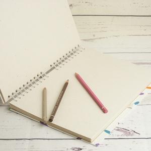 Spirálos rajzfüzet színes borítóval, idézettel. A4 méretű rajzlapokkal, ceruzatartóval (enciboltja) - Meska.hu