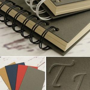 2 db négyzetes spirálfüzet szettben: egy barna és egy szürke. Személyre szabható, névvel, keresztnévvel, monogrammal - Meska.hu