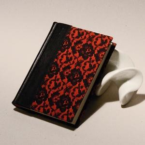 Piros és fekete napló, emlékkönyv. Fekete bőr gerinc élénkpiros vászon borító, fekete csipkével. Ajándék a szerelmednek , Otthon & Lakás, Papír írószer, Jegyzetfüzet & Napló, Könyvkötés, Papírművészet, Piros és fekete napló, emlékkönyv. Fekete bőr gerinc, élénkpiros vászon borító, fekete csipkével. Aj..., Meska