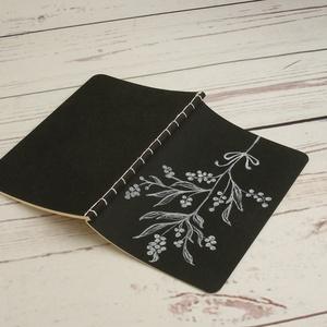Füzet fekete borítóval. Kézzel fűzött, kézzel rajzolt virágmotívum, üres, sima lapokkal, Jegyzetfüzet & Napló, Papír írószer, Otthon & Lakás, Könyvkötés, Papírművészet, Füzet fekete borítóval. Kézzel fűzött, kézzel rajzolt virágmotívum, üres, sima lapokkal.\n\nA borító e..., Meska