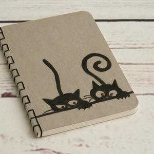 Szürke, cicás füzet. Kézzel fűzött, kézzel rajzolt fekete cicákkal, üres, sima lapokkal, Otthon & lakás, Naptár, képeslap, album, Jegyzetfüzet, napló, Egyéb, Gyerek & játék, Könyvkötés, Papírművészet, Szürke, cicás füzet. Kézzel fűzött, kézzel rajzolt fekete cicákkal, üres, sima lapokkal.\n\nA borító e..., Meska