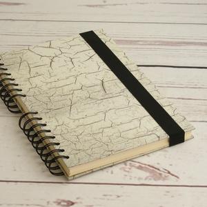 Szürke, repesztett mintás spirálfüzet, spirálozott jegyzetfüzet, notesz gumival, gumis füzet sima, ües lapokkal, férfias, Férfiaknak, Naptár, jegyzet, tok, Könyvkötés, Papírművészet, Szürke, repesztett mintás spirálfüzet, spirálozott jegyzetfüzet, notesz gumival, gumis füzet sima, ü..., Meska