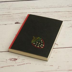 Gyümölcsös, epres notesz, kézzel fűzött kisméretű könyv, jegyzetelő, kézzel hímzett fekete borító, epres előzékpapír, Papír írószer, Otthon & Lakás, Jegyzetfüzet & Napló, Könyvkötés, Hímzés, Gyümölcsös, epres notesz, kézzel fűzött kisméretű könyv, jegyzetelő, kézzel hímzett fekete borító, e..., Meska