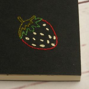 Gyümölcsös, epres notesz, kézzel fűzött kisméretű könyv, jegyzetelő, kézzel hímzett fekete borító, epres előzékpapír - Meska.hu