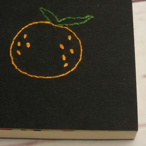 Narancsos kisnotesz, kézzel fűzött kisméretű könyv, jegyzetelő, kézzel hímzett fekete borító, körtés előzékpapír - Meska.hu