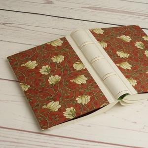 Virágmintás napló, bőr gerinc bordákkal. A borító kérhető egyedi felirattal, névvel. Különböző választható belső lappal - Meska.hu