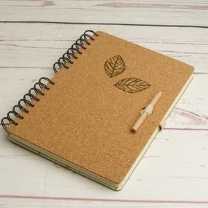 Parafa borítós jegyzetfüzet, spirálfüzet 2 mm-es parafával, fém levéldíszekkel, gumis ceruzatartóval, Otthon & Lakás, Papír írószer, Jegyzetfüzet & Napló, Könyvkötés, Papírművészet, Meska