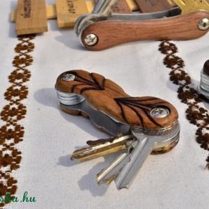 Kulcsos Bicska - levélmintás cseresznye faragva, égetve, Otthon & Lakás, Kés & Késtartó, Konyhafelszerelés, Egyedi kézzel készült kulcstartó melyen mindig ugyanott vannak a kulcsok és kis helyet foglalnak el...., Meska