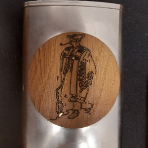 Furnérozott flaska, Otthon & Lakás, Cifraszűrös juhász mintára égetett két oldalról tölgy furnérozott rozsdamentes pálinkás flaska, auró..., Meska