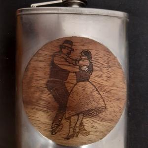 Furnérozott flaska, Otthon & Lakás, Néptáncos párocska mintára égetett két oldalról ewong furnérozott rozsdamentes pálinkás flaska, auró..., Meska