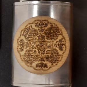 Furnérozott flaska, Otthon & Lakás, Népies mandala mintára égetett két oldalról fenyő furnérozott rozsdamentes pálinkás flaska, aurózva...., Meska