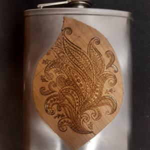 Furnérozott flaska, Otthon & Lakás, Nonfiguratív mintára égetett két oldalról fenyő furnérozott rozsdamentes pálinkás flaska, aurózva. ..., Meska