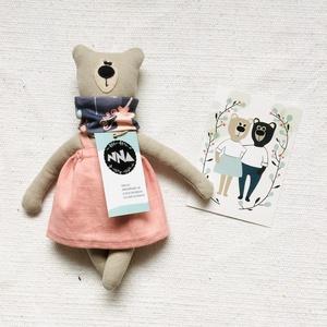 Medvina kifordítható sállal, len szoknyában 28cm, Játék & Gyerek, Plüssállat & Játékfigura, Maci, Varrás, A fenntartható gyermekkor és a környezettudatosság jegyében készült Medvina, aki Medvendel barátja, ..., Meska