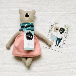 Medvina kifordítható sállal, len szoknyában, 28cm, Játék & Gyerek, Plüssállat & Játékfigura, Maci, Varrás, A fenntartható gyermekkor és a környezettudatosság jegyében készült Medvina, aki Medvendel barátja, ..., Meska