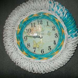 Fali óra, Otthon & Lakás, Dekoráció, Falióra & óra, Fonás (csuhé, gyékény, stb.), Újrahasznosított alapanyagból készült termékek, Papírból font fali óra,átmérője 35 cm. Egyedi ajándék lehet bármilyen alkalomra vagy saját részre. C..., Meska
