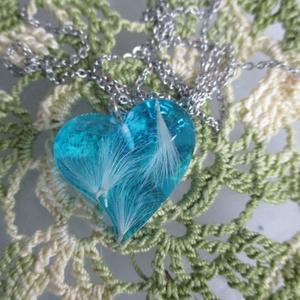 Pitypangos szív medál, Ékszer, Medál, Nyaklánc, Ékszerkészítés, Mindenmás, Aprócska, 2,5x3 cm-es szív alakú medál, tele pihe-puha repülő pitypangokkal Műgyantából készült, gya..., Meska