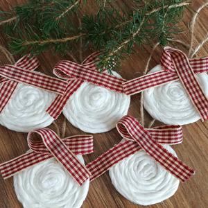 Karácsonyi kerek dísz, Otthon & Lakás, Karácsony & Mikulás, Karácsonyfadísz, Mindenmás, Kézzel készült karácsonyi dísz, amit használhatsz a karácsonyi dekorációhoz, ajándékkísérőként vagy ..., Meska