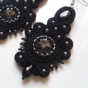 Theodora fekete fülbevaló, Ékszer, Fülbevaló, Ékszerkészítés, \nA fülbevalóhoz  14 mm-es fekete színben pompázó Swarovski rivolit, fekete sujtászsinórokat, fekete ..., Meska