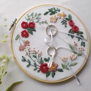 Hímzett gyűrűpárna, Esküvő, Kiegészítők, Gyűrűtartó & Gyűrűpárna, Hímzés, Kézzel hímzett egyedi gyűrűpárna, mely minden romantikus esküvő méltó kelléke lehet.\nA bambusz hímző..., Meska