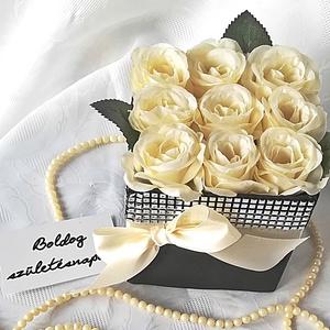Selyemrózsák csillogó köntösben (törtfehér), Szülőköszöntő ajándék, Emlék & Ajándék, Esküvő, Virágkötés, Elegáns ajándék bármilyen alkalomra ez az élethű selyemrózsából készült virágdoboz. 9 szál rózsát ta..., Meska