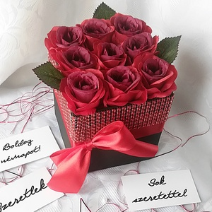 Vörös selyemrózsák ragyogó köntösben, Csokor & Virágdísz, Dekoráció, Otthon & Lakás, Virágkötés, Elegáns ajándék bármilyen alkalomra ez az élethű selyemrózsából készült virágdoboz. 9 szál rózsát ta..., Meska
