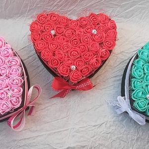 Petite Love szett (3 db), Csokor & Virágdísz, Dekoráció, Otthon & Lakás, Falra akasztható dekor, Virágkötés, A szett 3 db szív alakú habrózsadobozt tartalmaz, tetszőleges színekben.\n\nHa nem a méret a lényeg!\nK..., Meska