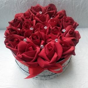 Tűzpiros rózsadoboz, szívecskés rózsabox, Otthon & lakás, Esküvő, Dekoráció, Lakberendezés, Virágkötés, Elegáns, mint a vörös bársony. 18 szál tűzpiros habrózsa, szívecskés dobozban, kövekkel díszítve.  ..., Meska