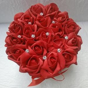 Tűzpiros rózsadoboz, szívecskés rózsabox, Díszdoboz, Dekoráció, Otthon & Lakás, Virágkötés, Elegáns, mint a vörös bársony. 18 szál tűzpiros habrózsa, szívecskés dobozban, strassz díszítéssel.\n..., Meska