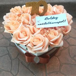 \'Szeretet és hála\' szív box, Csokor & Virágdísz, Dekoráció, Otthon & Lakás, Virágkötés, Szeretettel teli ajándékot adnál? Szív alakú dobozban mesés barack rózsák. \n\nÉvfordulóra, születésna..., Meska