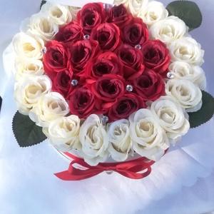 Big Love Box (35 szálas), Helyszíni dekor, Dekoráció, Esküvő, Csokor & Virágdísz, Dekoráció, Otthon & Lakás, Virágkötés, Fejezd ki szerelmedet és hűségedet ezzel a nagy méretű selyemrózsa dobozzal!\n20 szál fehér és 15 szá..., Meska