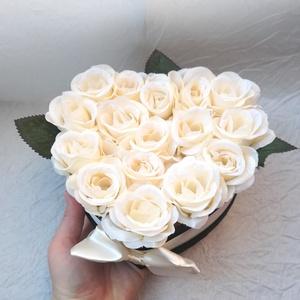 Black \'N\' White rózsabox, Anyák napja, Ünnepi dekoráció, Dekoráció, Otthon & lakás, Lakberendezés, Asztaldísz, Szerelmeseknek, Virágkötés, Adjon szívből jövő ajándékot stílusosan!\nFekete és fehér, mint a jin és jang kiegészítik egymást.\n16..., Meska