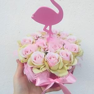 Flamingó box, Csokor & Virágdísz, Dekoráció, Otthon & Lakás, Virágkötés, Igazán csajos rózsaboxot készítettem élethű selyemrózsákból, flamingó figurával és tollakkal díszítv..., Meska