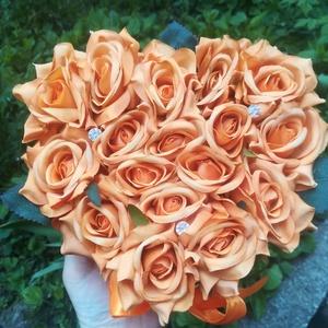 Be Happy selyemrózsa doboz, Otthon & Lakás, Dekoráció, Csokor & Virágdísz, Virágkötés,  Élénk narancssárga színével bárkit felvidít ez az ajándék. \nKb. 16 szál (+/-1) rózsát tartalmaz szí..., Meska