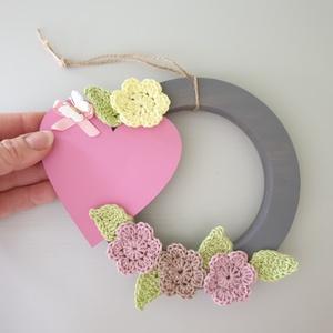 Tavaszi koszorú, Dekoráció, Otthon & lakás, Dísz, Festett tárgyak, Horgolás, Tavaszváró koszorú.\nMérete 15 cm.\nHorgolt virágokkal levelekkel dekorálva,a szív rátétre szoveg vagy..., Meska