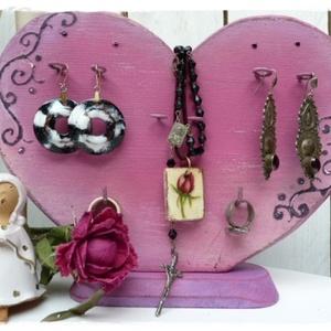 Szív pink -Ékszertartó, Ékszer, Ékszertartó, Asztali ékszertartó, Fémmegmunkálás, Festett tárgyak, Romantikus, szív  formájú, és az antikolt pink szín árnyalataiban pompázik.\nA fa szív ékszertartó,  ..., Meska