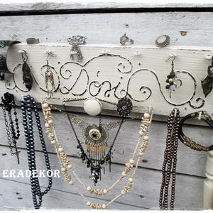 Vintage fehér -ÉKSZERTARTÓ TÁBLA , Ékszer, Ékszertartó, Fali ékszertartó, Festett tárgyak, Vintage hangulatú antikolt fehér ékszertartó tábla.\nFestett fa tábla dekoratív színekben és mintákka..., Meska